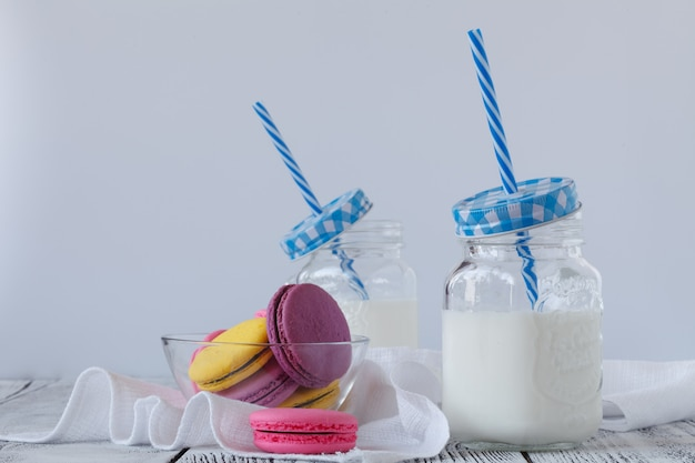 Leite gelado em frasco de vidro retrô na mesa de madeira
