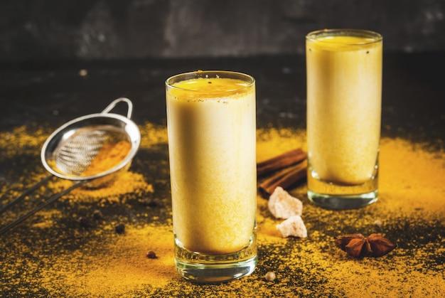 Leite indiano tradicional açafrão bebida