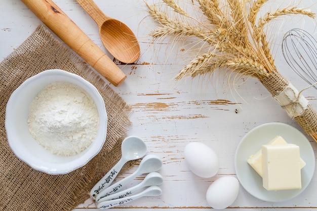 Leite, manteiga, ovos e farinha na vista superior