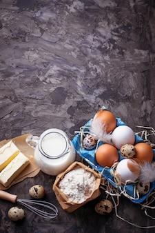 Leite, manteiga, ovos, farinha. conceito de cozimento. vista do topo