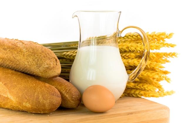 Leite, ovo e pão branco