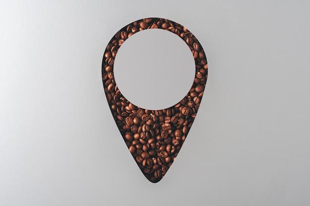 Leite plana do café criativo. geo-tag com grãos de café com espaço de cópia em fundo cinza.