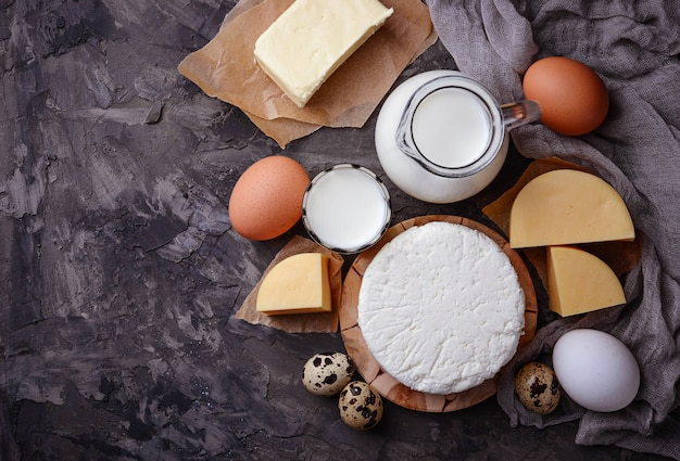 Leite, queijo cottage, creme de leite, manteiga, ovos