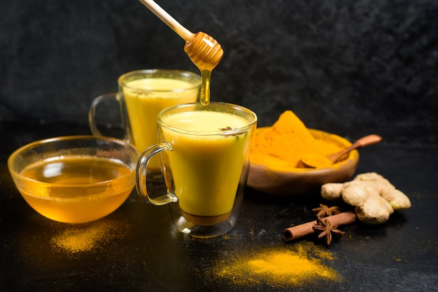 Leite tradicional indiano dourado com açafrão, gengibre, especiarias, mel.