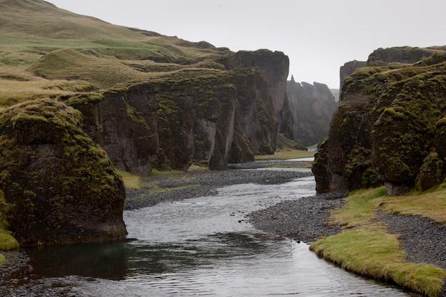 Leito de rio plano erodido através das colinas