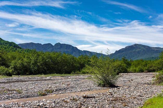 Leito de um rio rápido de montanha