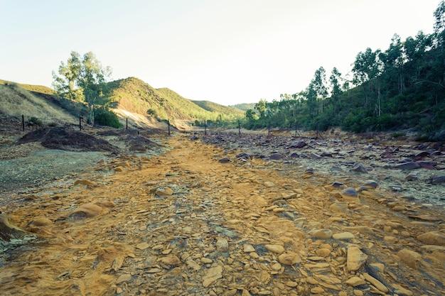 Leito seco do rio com pedras laranja