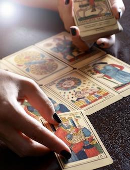 Leitor de cartão de tarô, realizando a leitura
