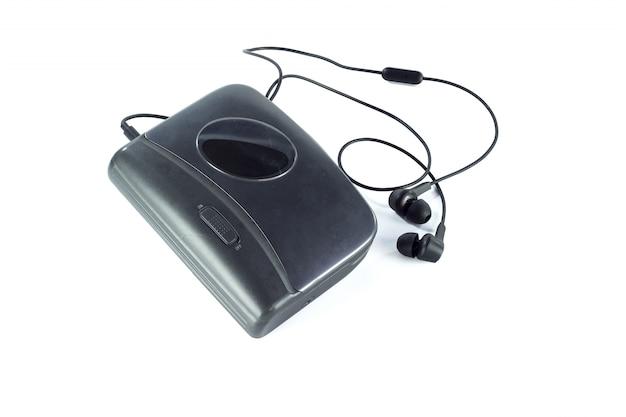 Leitor de cassetes e fones de ouvido pretos isolados