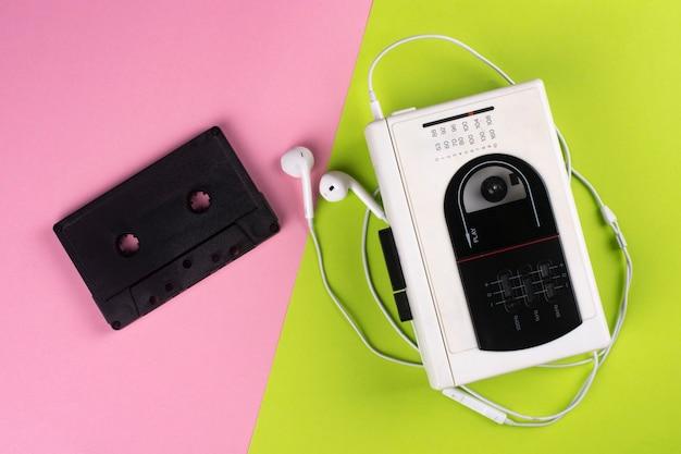 Leitor de cassetes vintage e cassete áudio em um colorido.