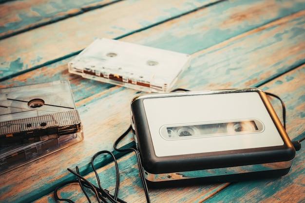Leitor de cassetes vintage e cassete de áudio.