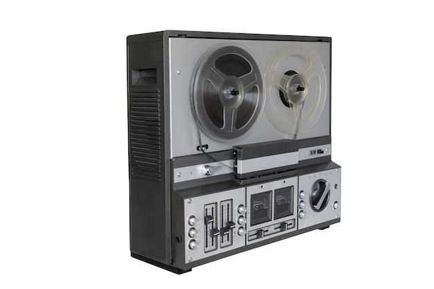 Leitor de gravador estéreo de fita cassete com bobinas no fundo.