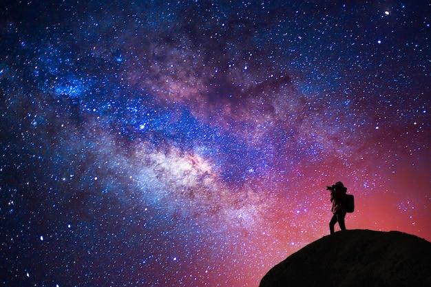Leitoso silhueta pessoa maneira tomada estrela