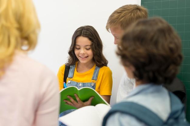 Leitura de crianças de alto ângulo