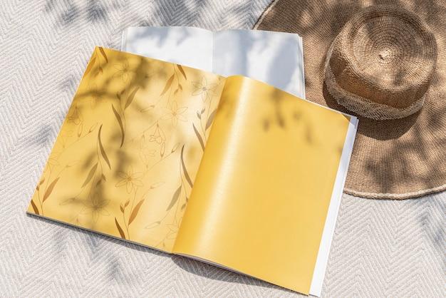 Leitura de verão de páginas de revistas com espaço de design