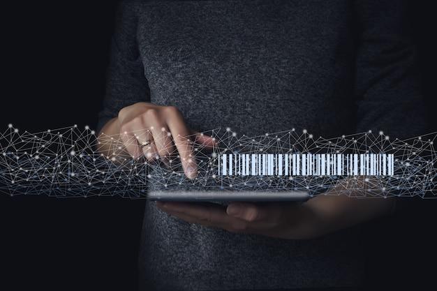 Leitura do código de barras do holograma no tablet na mão, armazém e logística. serviço de entrega ao domicílio.