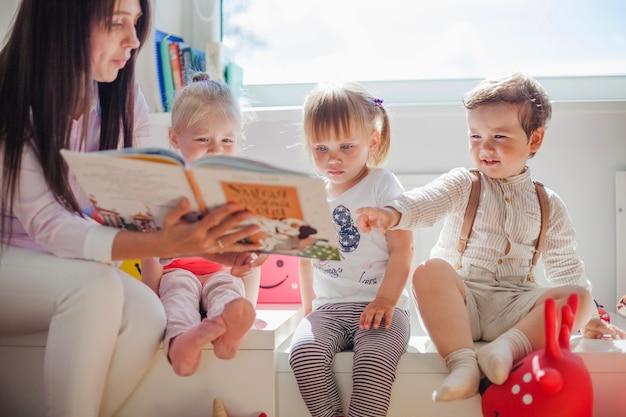 Leitura do professor para crianças em idade pré-escolar