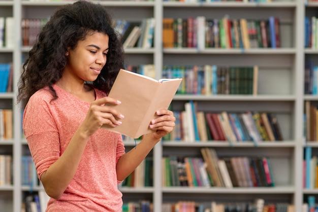 Leitura lateral, adolescente, leitura