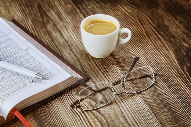 Leitura pessoal do estudo da bíblia sagrada com uma xícara de café