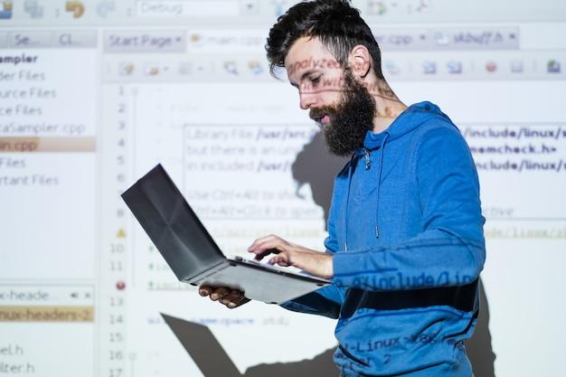 Leitura universitária. professor ministrando palestra sobre informática. conceito de educação