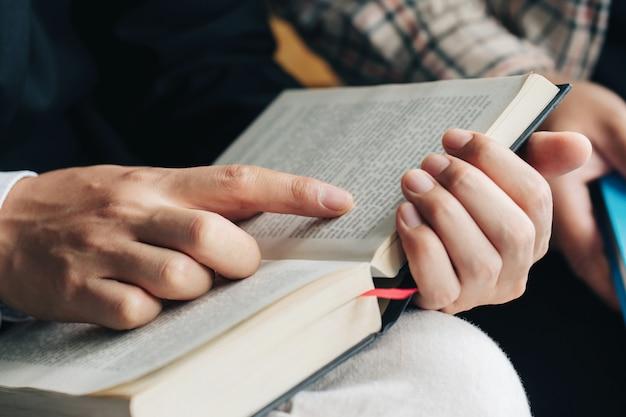 Leituras de domingo, dois homens lendo e estudando a bíblia juntos em casa ou escola dominical na igreja com luz de janela