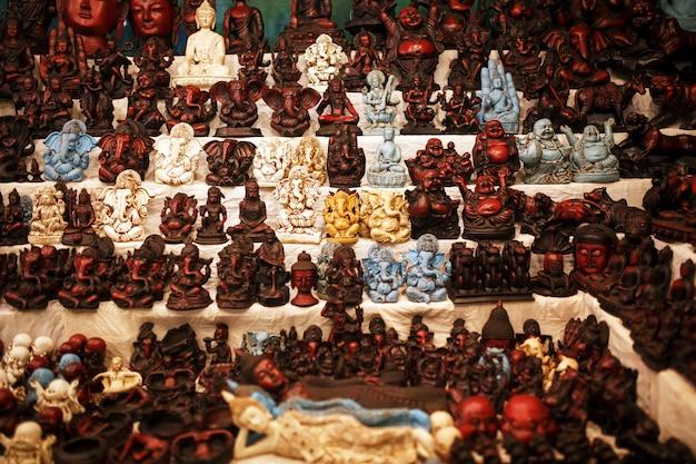 Lembranças de deuses indianos no balcão do mercado noturno para turistas