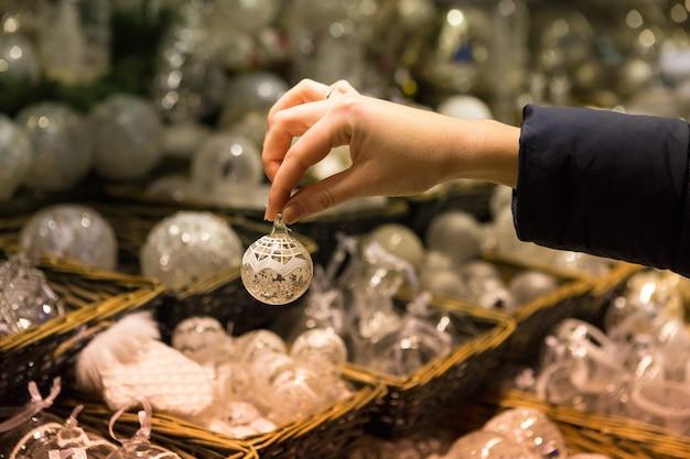Lembranças de natal no balcão na europa, bolas de natal de vidro pintado com contos de fadas.