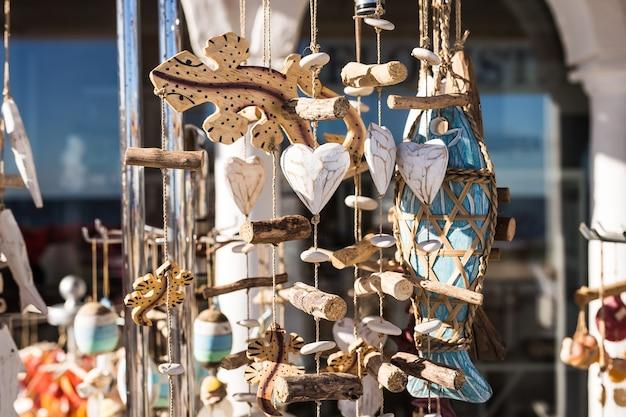 Lembranças para vender no mercado da praia.