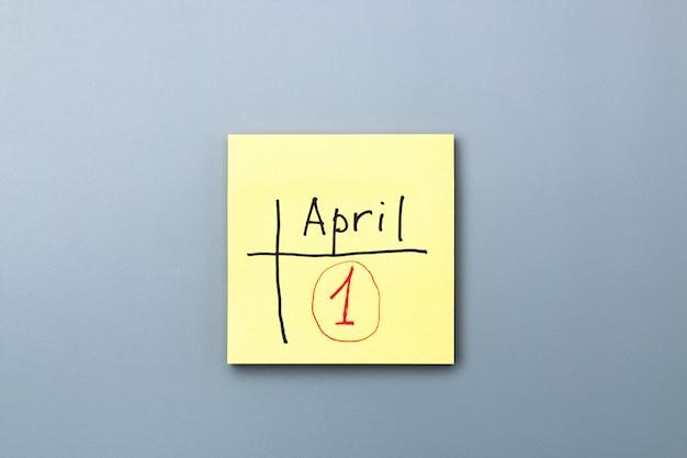 Lembrete do dia dos enganados na nota pegajosa amarela. esteja ciente e não se deixe enganar