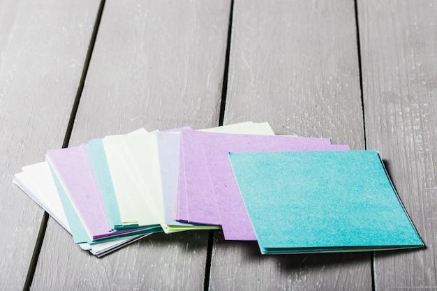Lembretes sobre o papel colorido brilhante