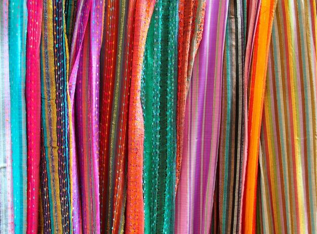 Lenço colorido indiano em uma linha de lenços
