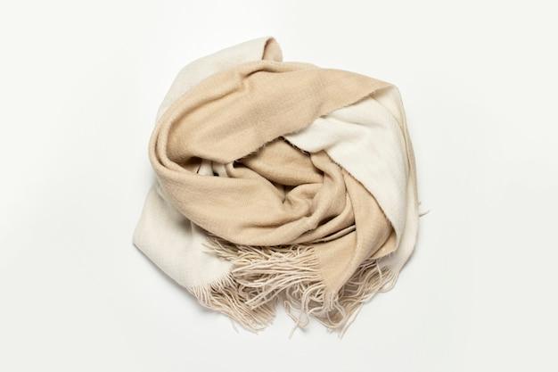 Lenço de lã torcido em um fundo branco.