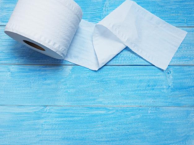 Lenço de papel branco no azul de madeira.