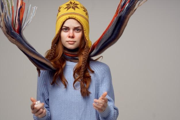 Lenço de pescoço de mulher com um chapéu na cabeça de luz de fundo. foto de alta qualidade