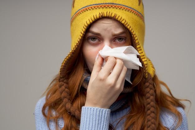 Lenço de pescoço de mulher doente com um chapéu na cabeça isolado fundo
