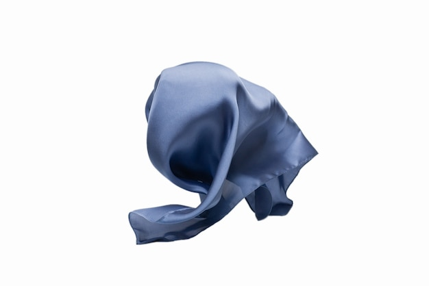 Lenço de seda azul esvoaçante isolado no fundo branco.