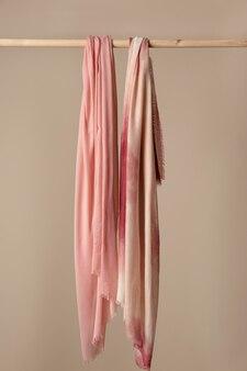 Lenço de textura suave pendurado
