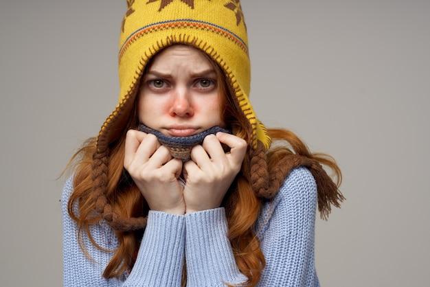 Lenço feminino no pescoço com um chapéu na cabeça, luz de fundo