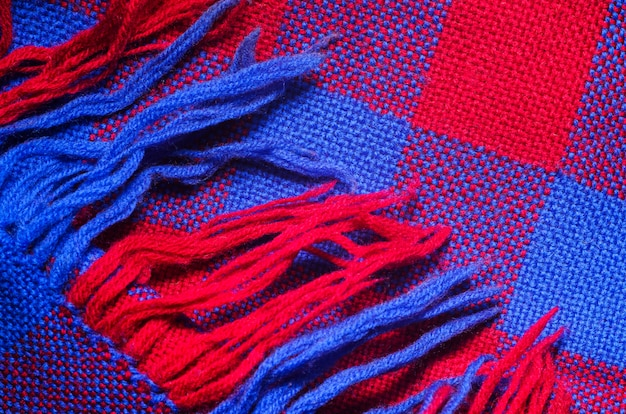 Lenço verificado azul e vermelho com franja como plano de fundo