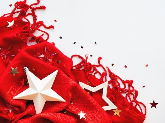 Lenço vermelho brilhante com confetes de prata e ouro estrelas no fundo branco