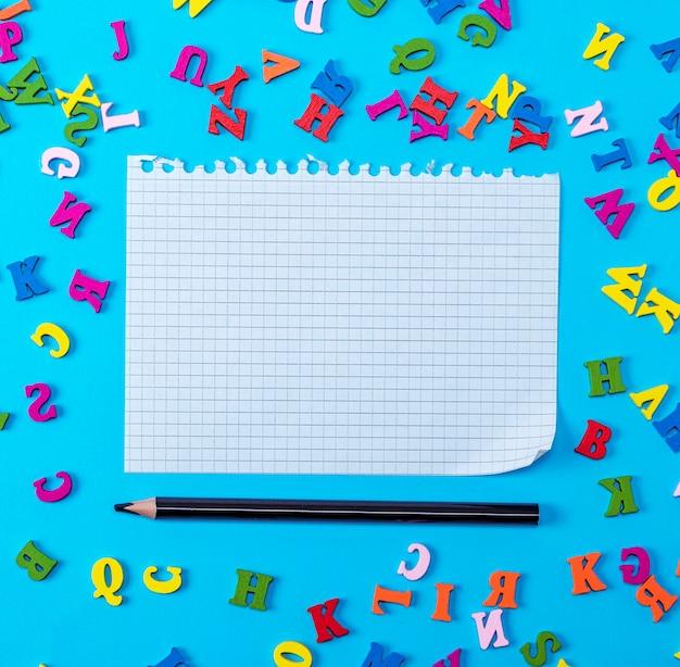 Lençol branco arrancado de um caderno