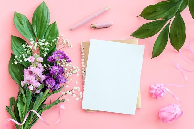 Lençol branco em branco no bloco de notas em espiral dourado com caneta