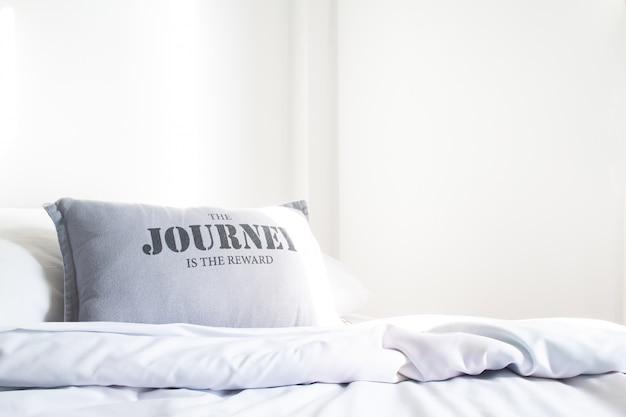 Lençol e travesseiro na cama branca, conceito de relaxamento com espaço de cópia
