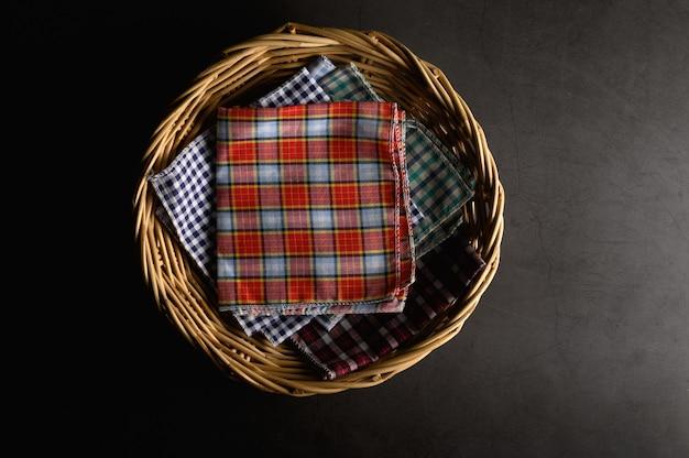 Lenços colocados em uma cesta de madeira