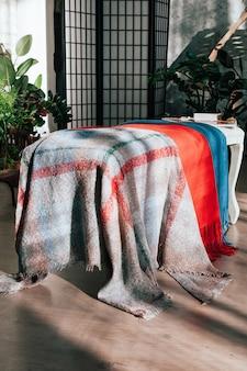 Lenços coloridos de têxteis exibidos para venda