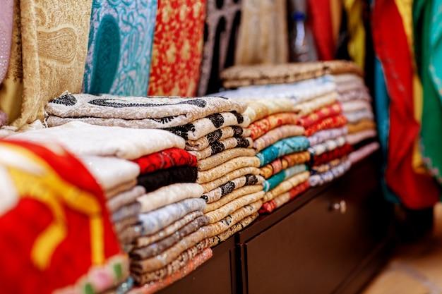 Lenços e xales árabes coloridos tradicionais
