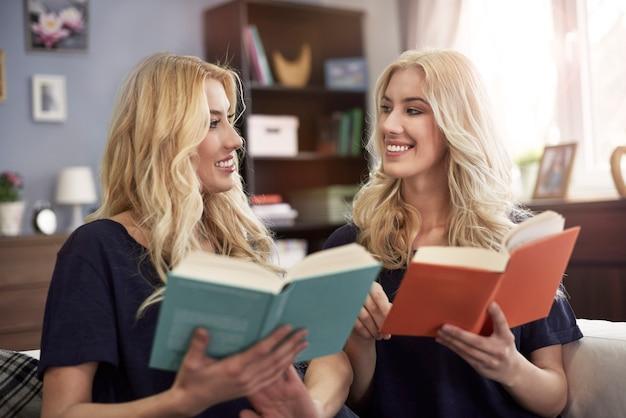Lendo livro com irmã gêmea