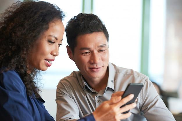 Lendo notícias no smartphone