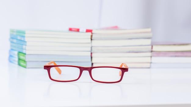 Lendo óculos com fundo de livro