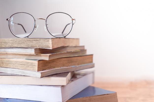 Lendo óculos de armação fina no livro